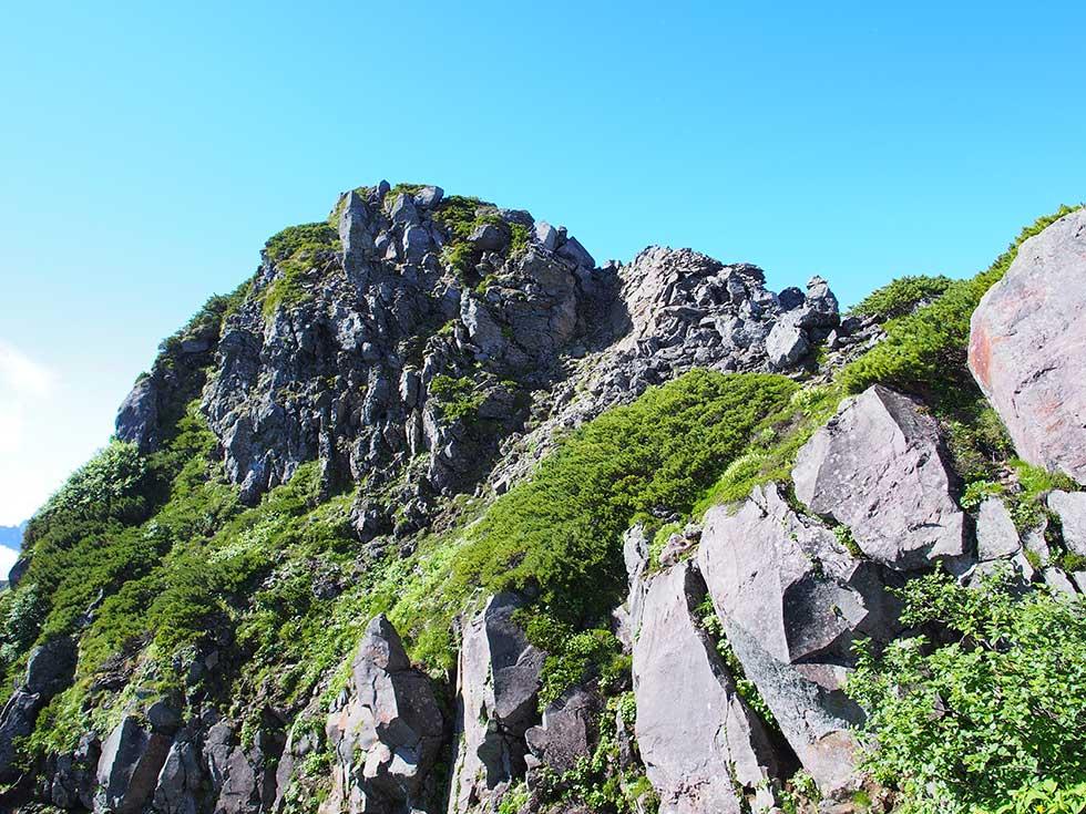 ワリモ岳の岩々しいピーク