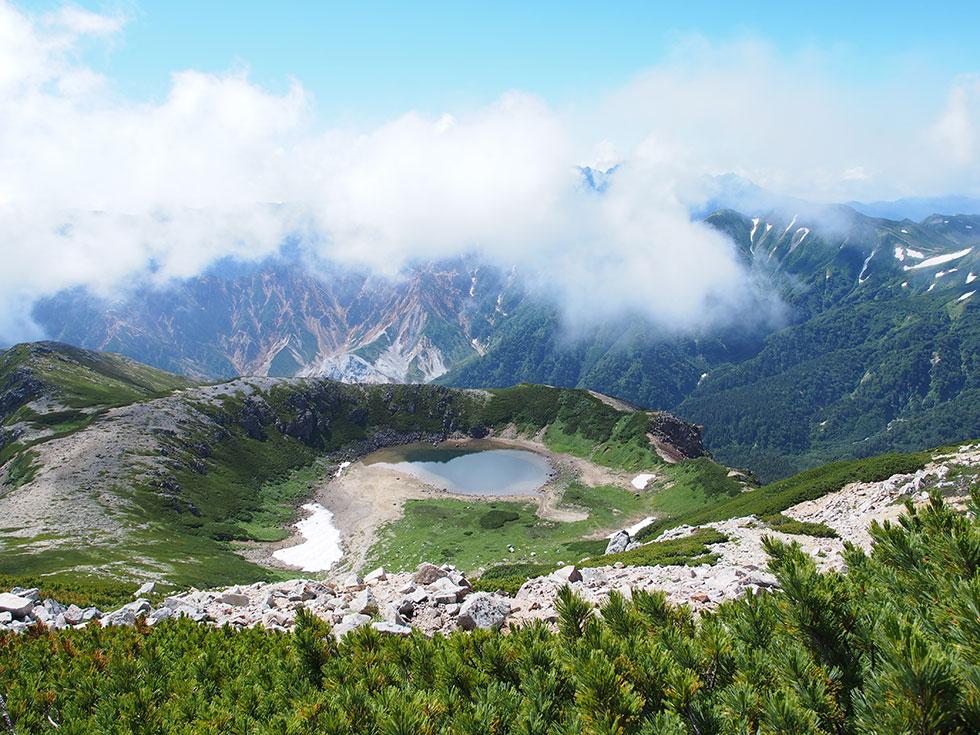 鷲羽岳山頂から鷲羽湖を望む