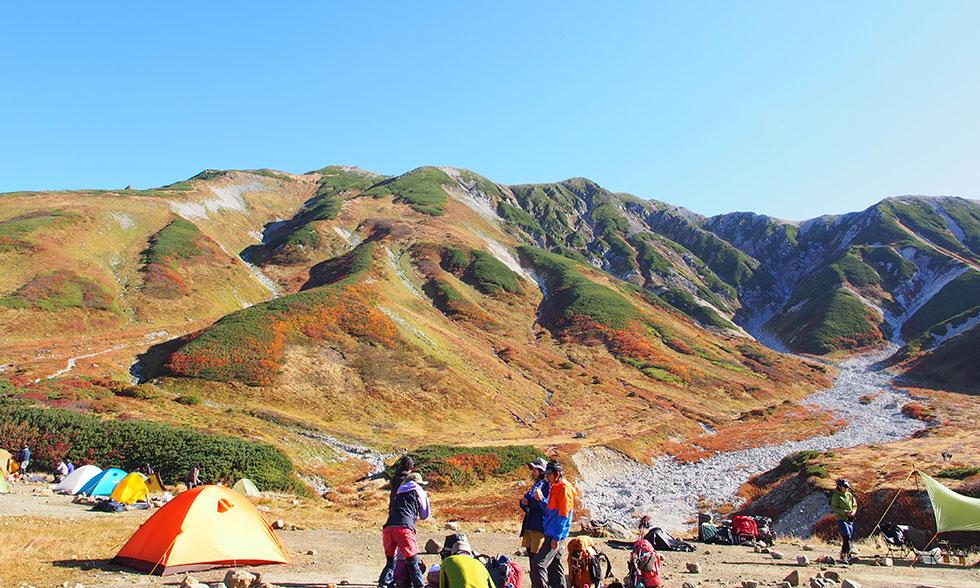 雷鳥沢キャンプ場から紅葉の立山連峰を見る