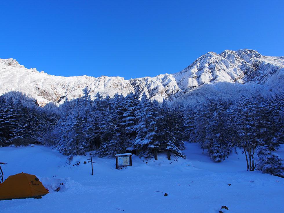 雪の行者小屋