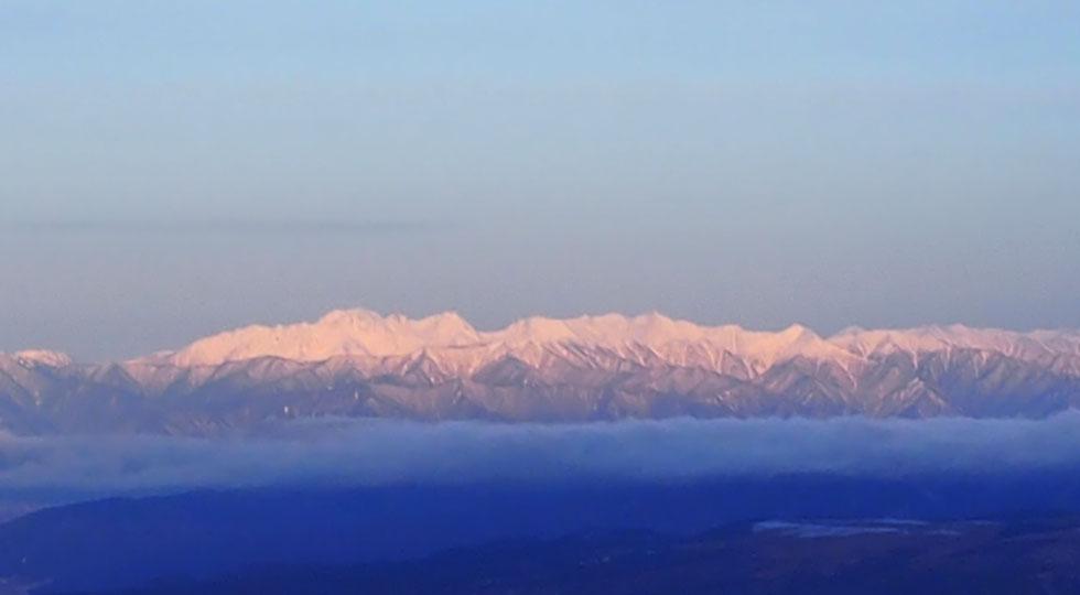 雪の赤岳から見る北アルプス
