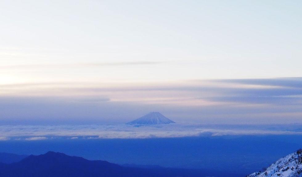 雪の赤岳から見る富士山