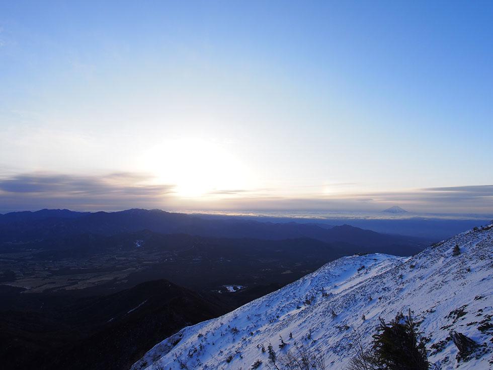 雪の赤岳から見る朝日と幻日