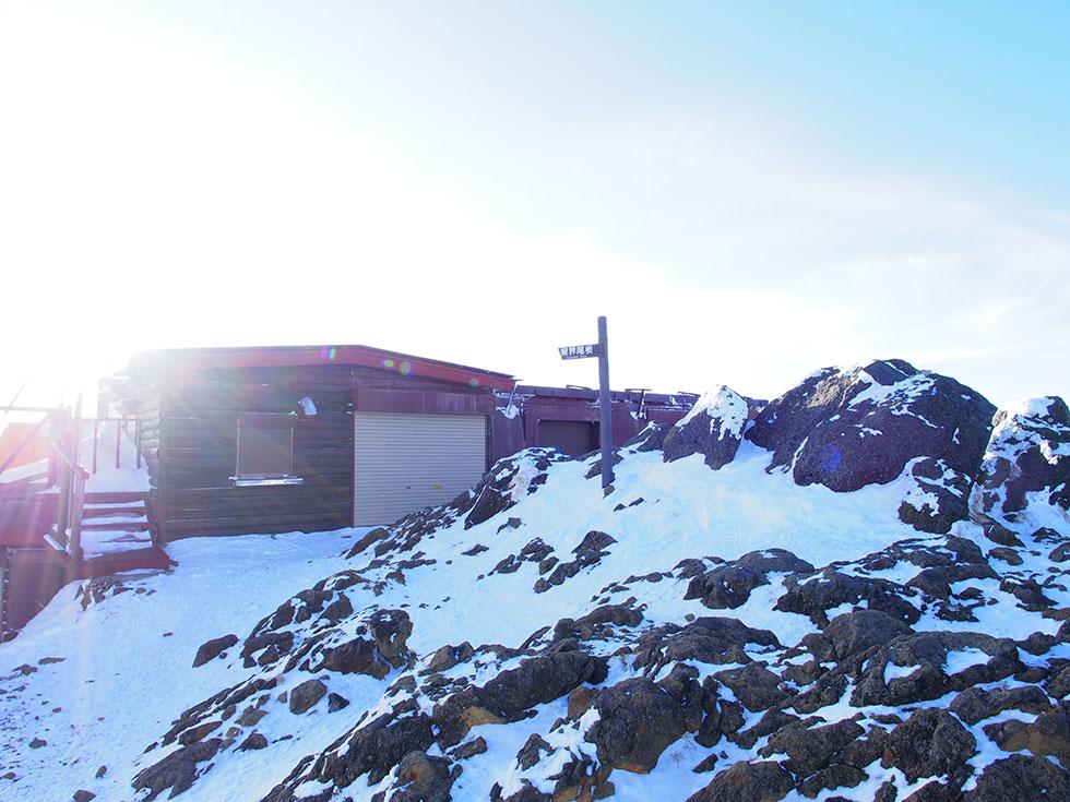 雪の赤岳頂上山荘
