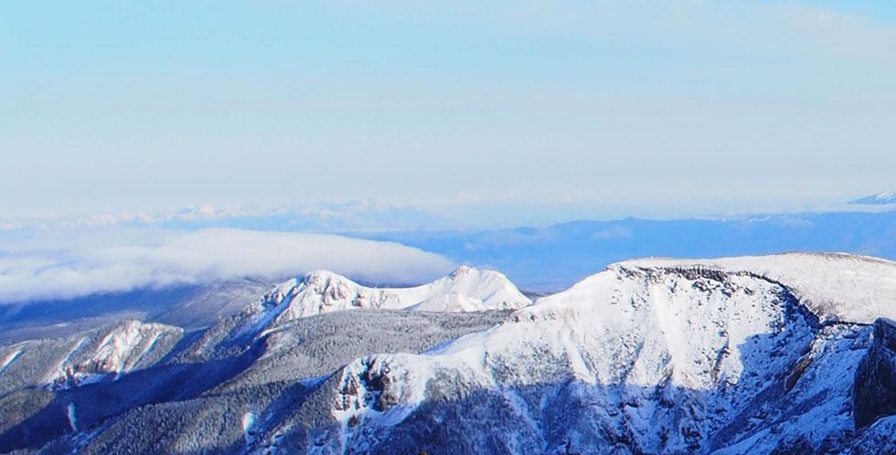 雪の赤岳から見る天狗岳