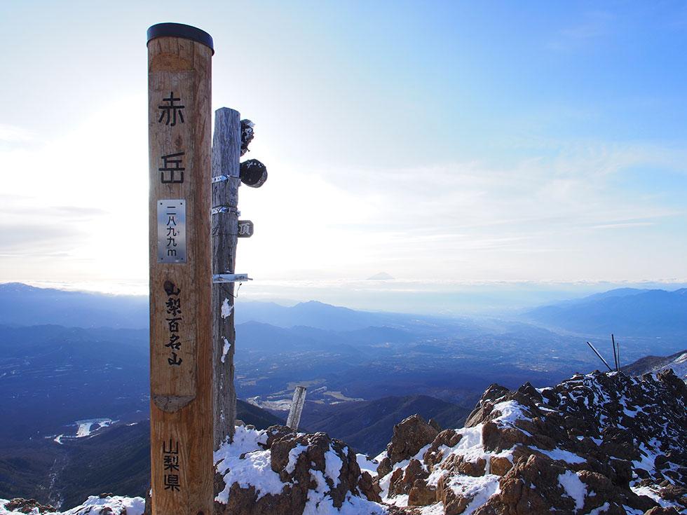 雪の赤岳山頂