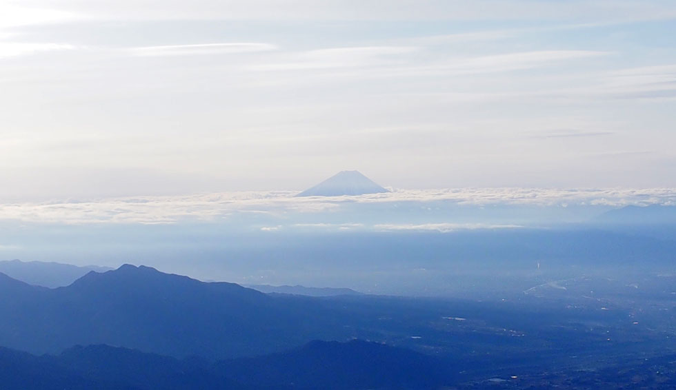 雪の赤岳山頂から見る富士山