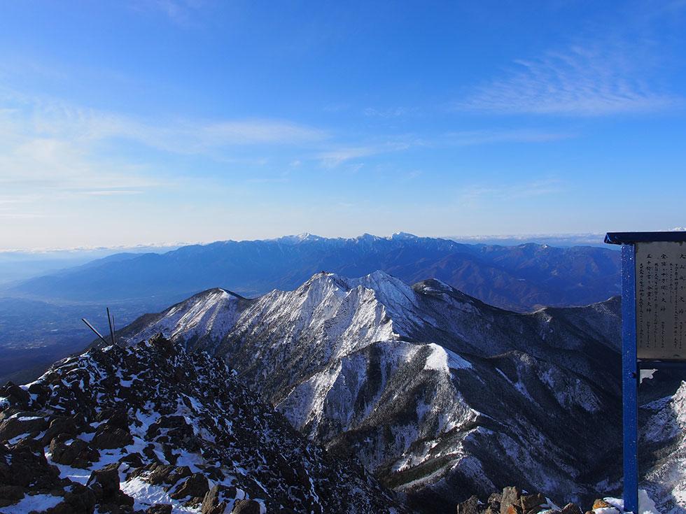 雪の赤岳山頂から見る権現岳と南アルプス