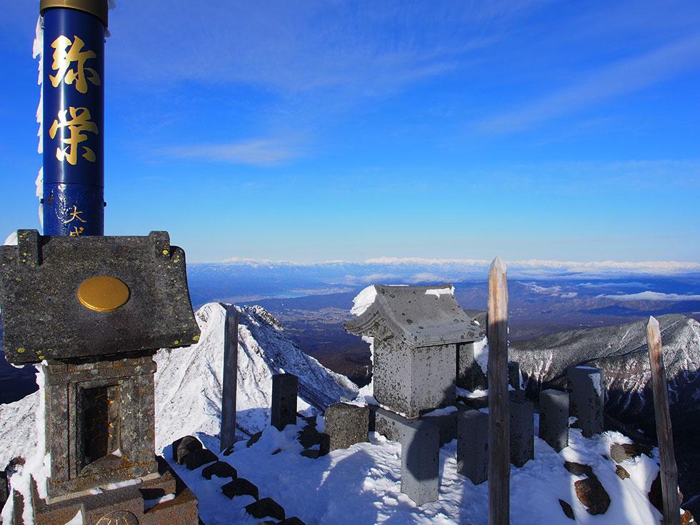 雪の赤岳山頂から見る北アルプス