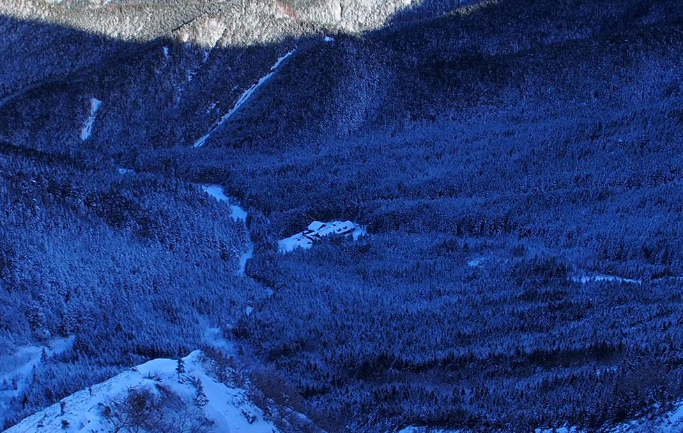 雪の赤岳山頂から文三郎尾根に下る