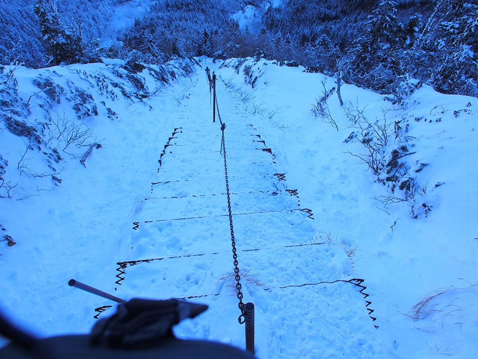 雪の赤岳山頂から文三郎尾根を下る