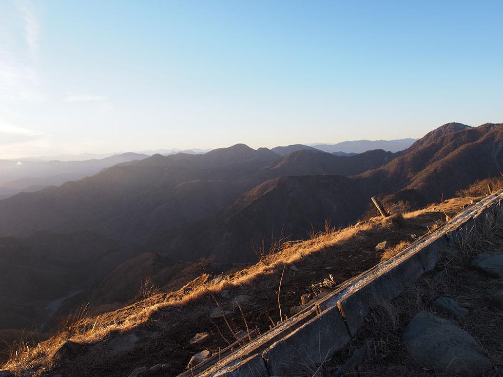塔ノ岳から見る夕暮れ時の丹沢山と蛭ヶ岳