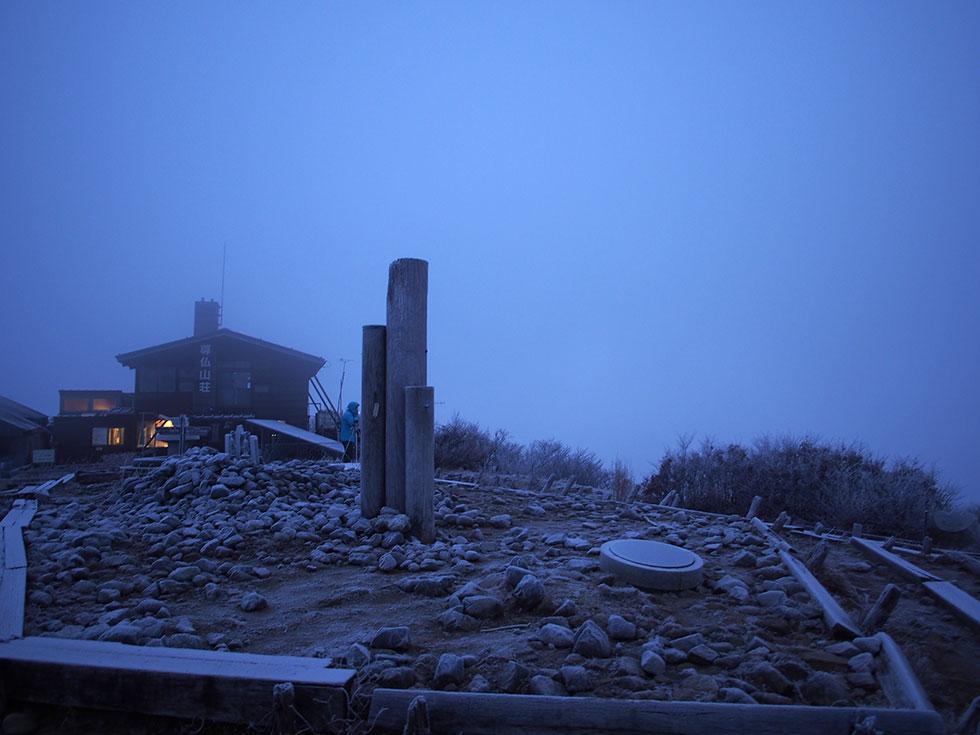 早朝の塔ノ岳山頂