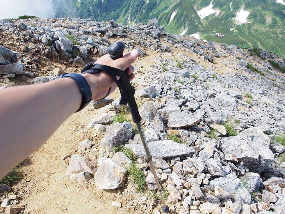 登山の下りはトレッキングポールを使う