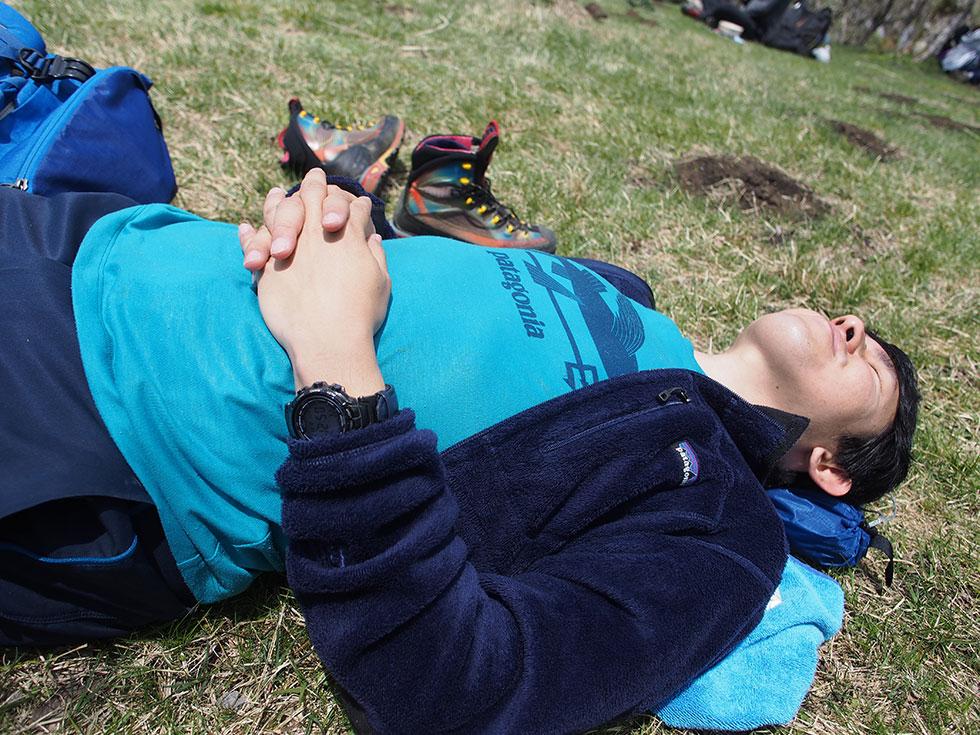 鍋割山山頂でお昼寝