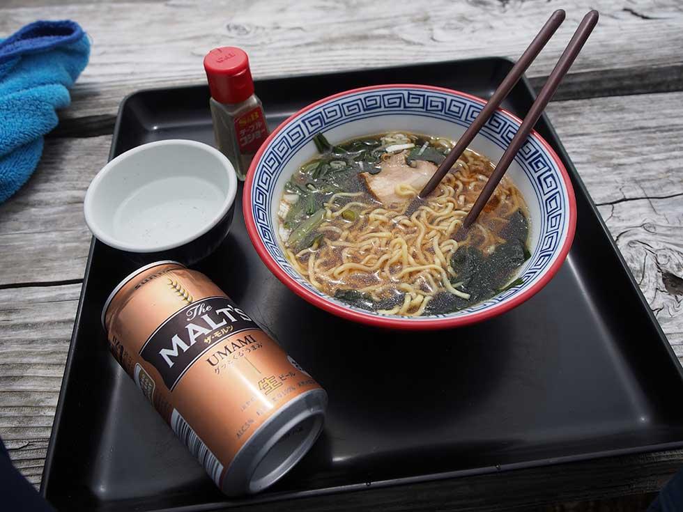 太郎平小屋で太郎ラーメンを注文して食べる
