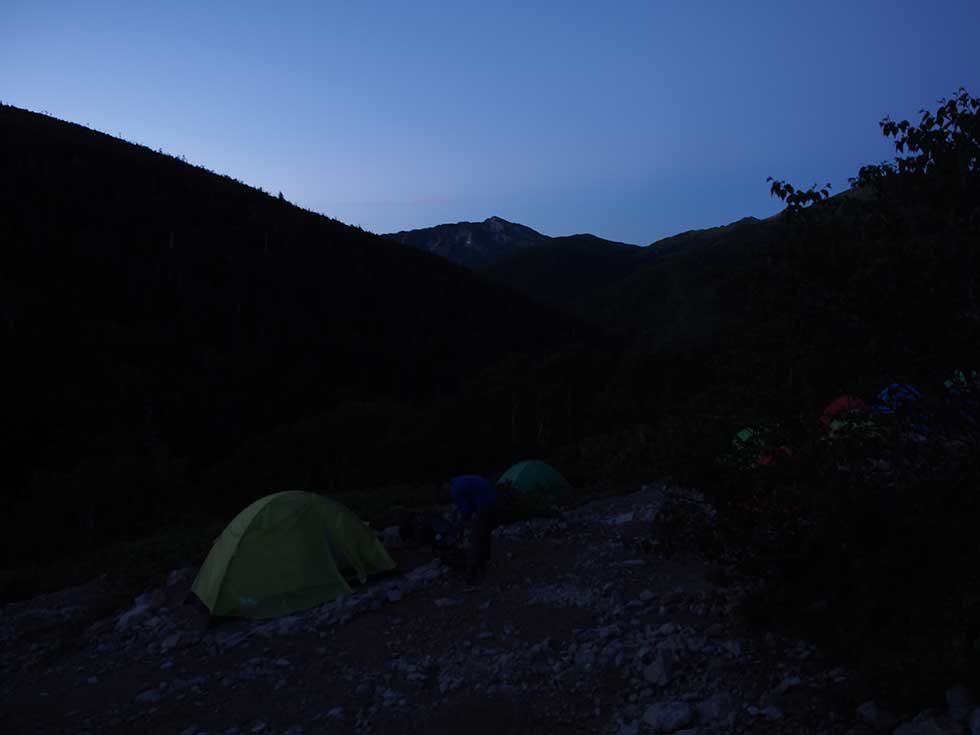 早朝の薬師沢キャンプ場