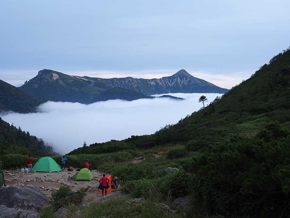 黒部五郎小舎のテント場から見る笠ヶ岳