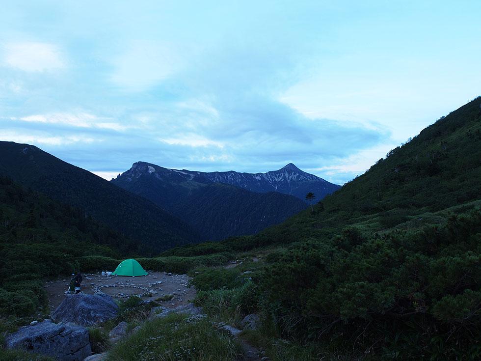 黒部五郎小舎テント場から見る笠ヶ岳