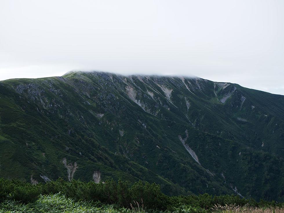雲がかかった双六岳