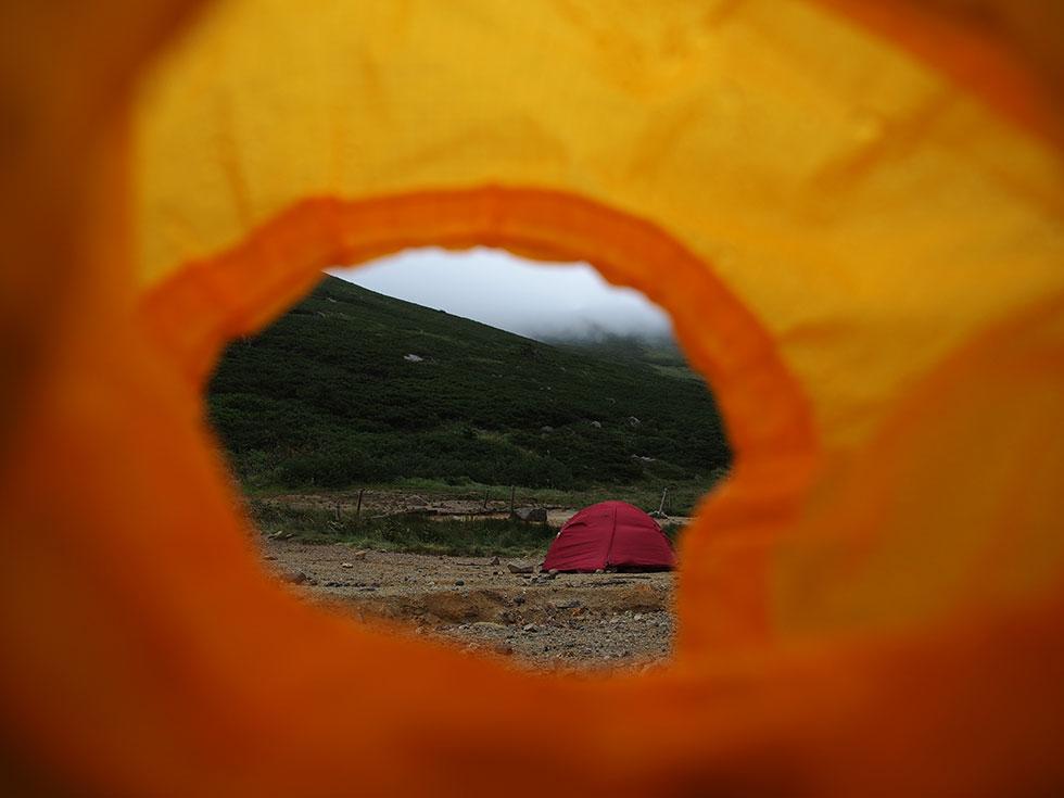 雨の双六小屋テント場
