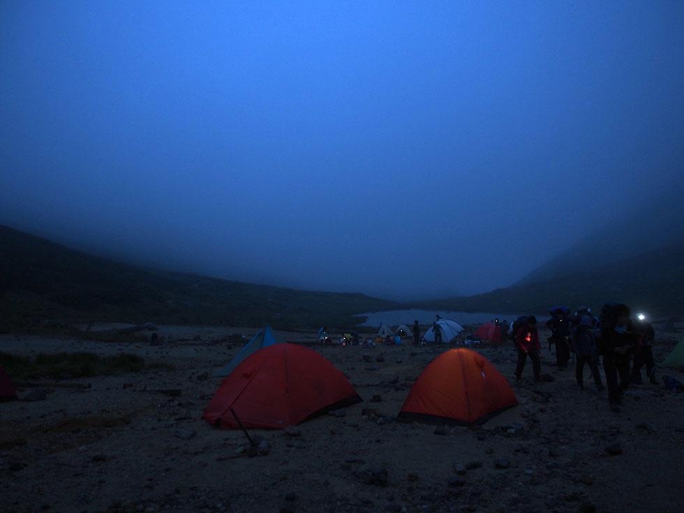 早朝の双六小屋テント場