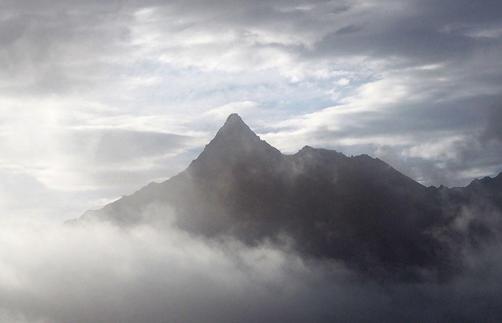 弓折岳への稜線から見えた槍ヶ岳