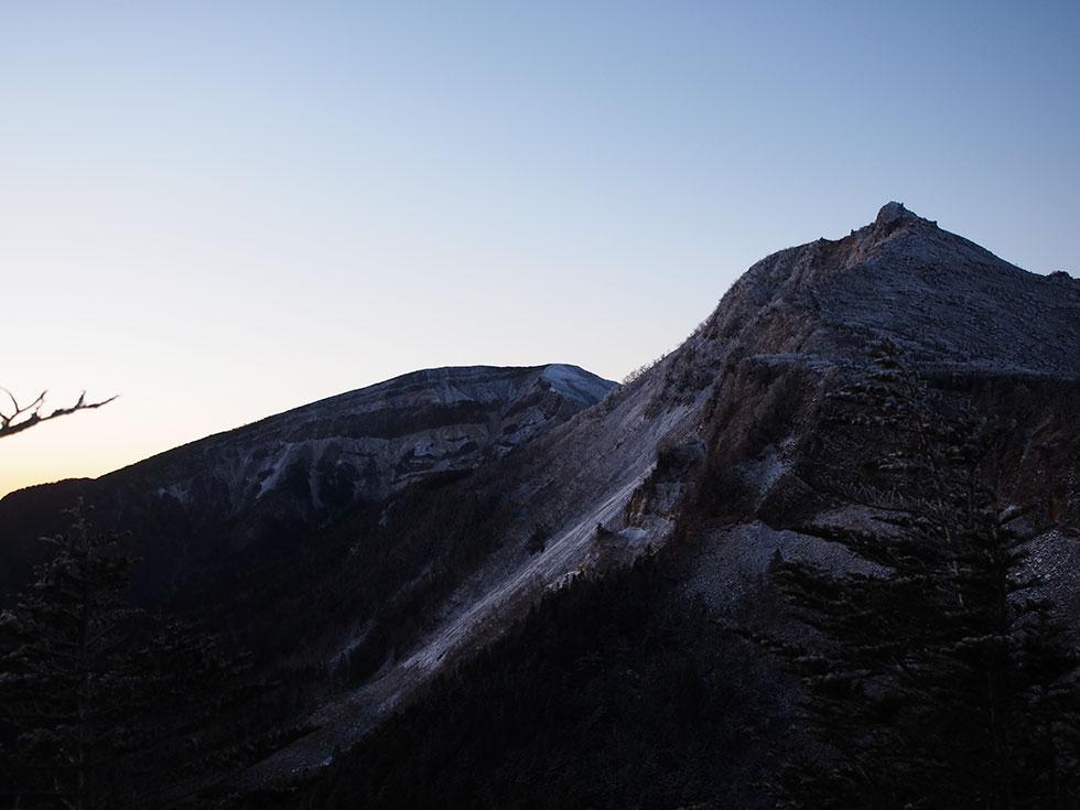 中山峠の展望台から見る硫黄岳